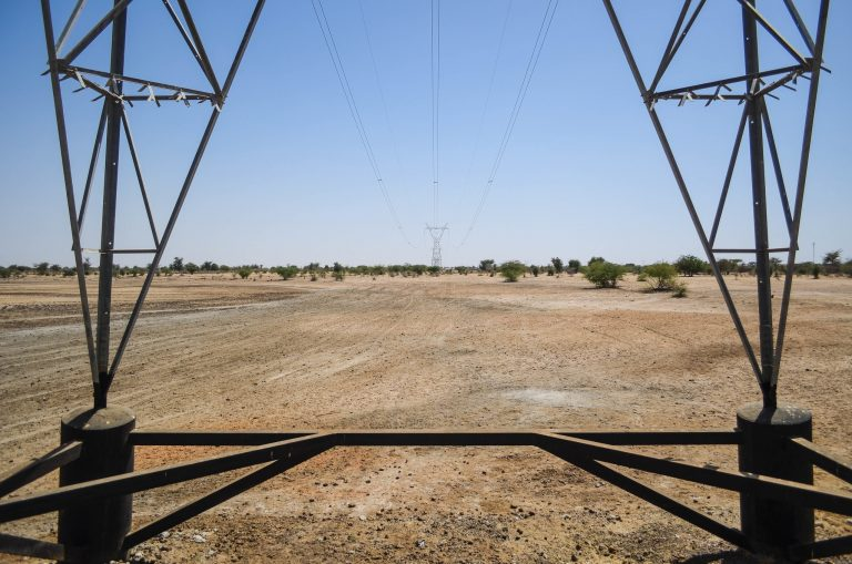 En Afrique subsaharienne, les sociétés nationales d'électricité sont souvent le client unique des centrales de production d'origine renouvelable (ici au Sénégal en 2013). © Jbdodane Flickr Cc