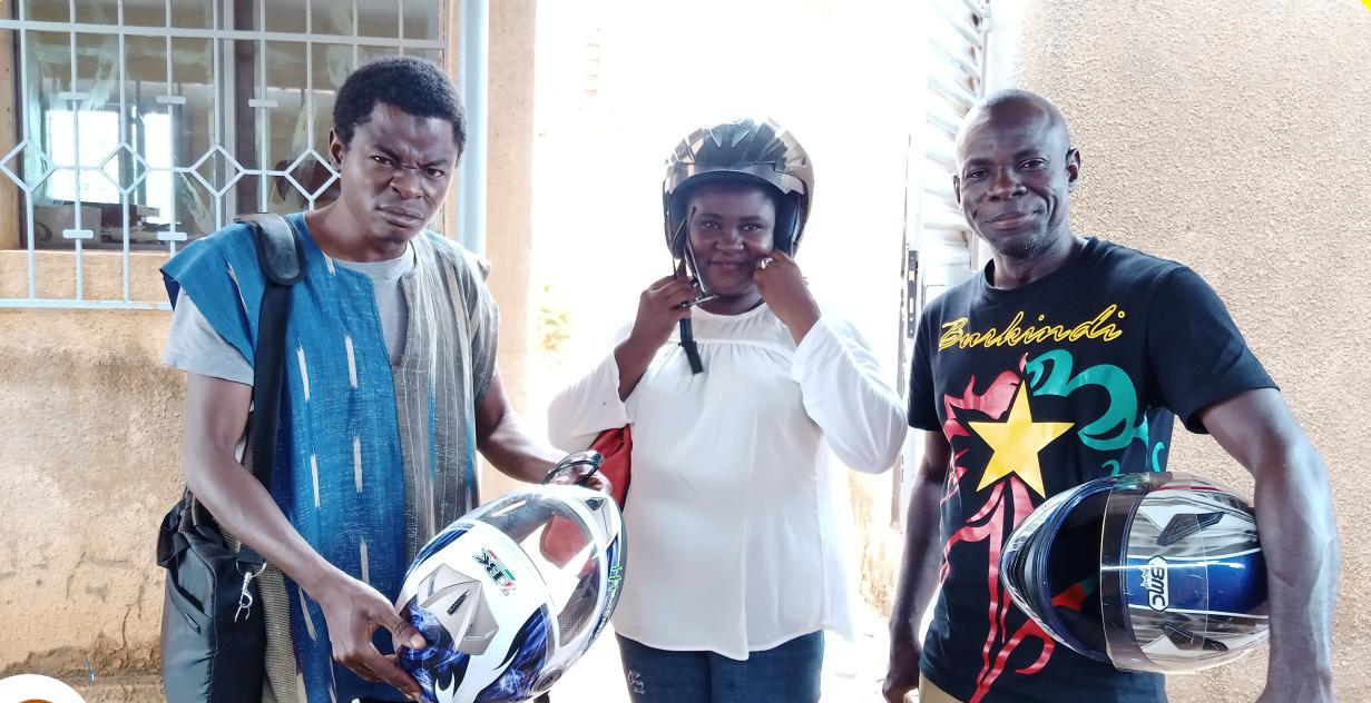"""L'équipe de """"Journaliste Facebook"""", une mini troupe de théâtre. Le programme """"Jeunes Wakat"""" permet aux jeunes d'exprimer leurs préoccupations de manière active et constructive, tout en participant au développement et à la paix sociale au Burkina Faso."""