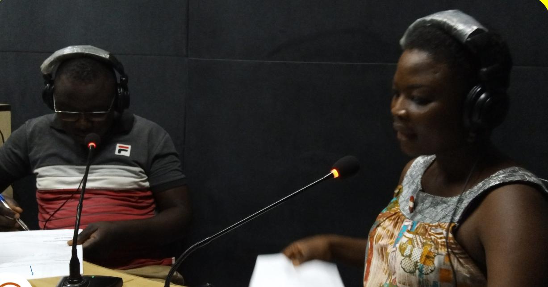 """Le duo des animateurs de l'émission """"Jeunes Wakat"""" en studio. Au Burkina Faso, la radio est un moyen d'information, mais aussi d'éducation et de formation."""