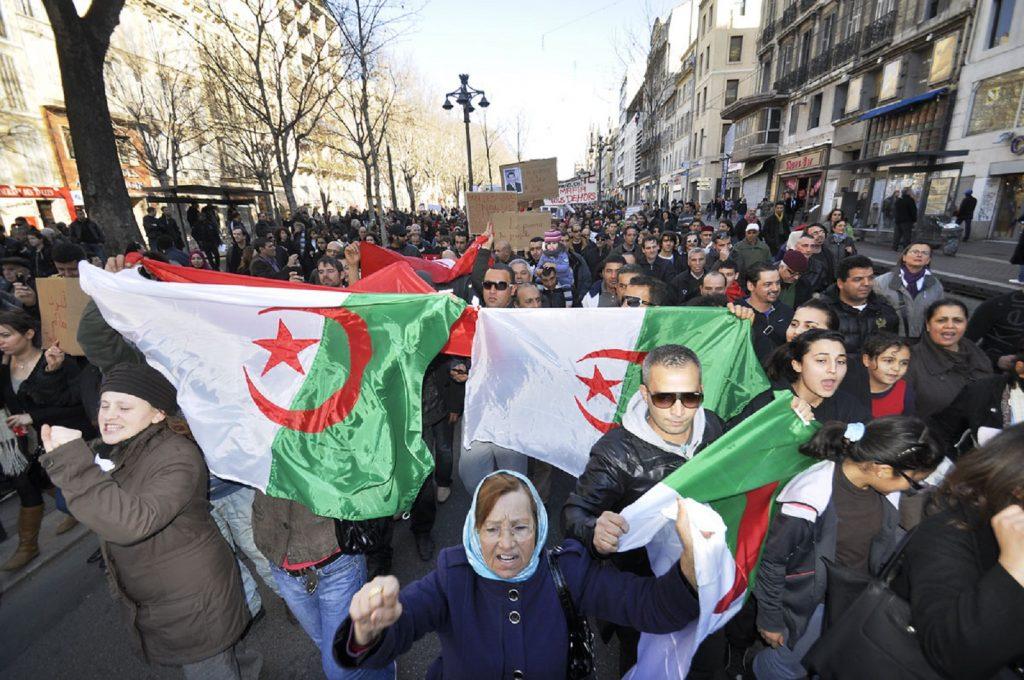 La défiance à l'égard des pouvoirs est forte, et alimentée en partie par l'explosion des inégalités et l'accroissement de la pauvreté et du chômage. Photo : manifestants en Algérie, Fliclr Cc / marcovdz
