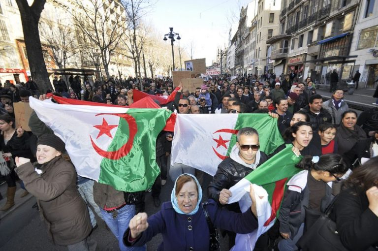 There is strong distrust of power, fueled in part by the explosion of inequality and the growth of poverty and unemployment. Photo: demonstrators in Algeria, Fliclr Cc / marcovdz