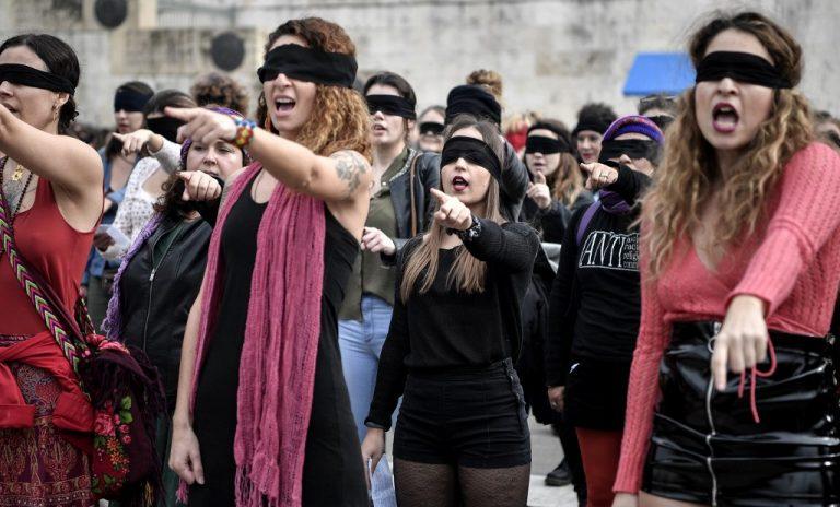 Des militantes interprètent une chorégraphie originaire du Chili et inspirée du groupe féministe chilien Las Tesis, pour protester contre la violence de genre et le patriarcat. Photo de LOUISA GOULIAMAKI / AFP (2019)