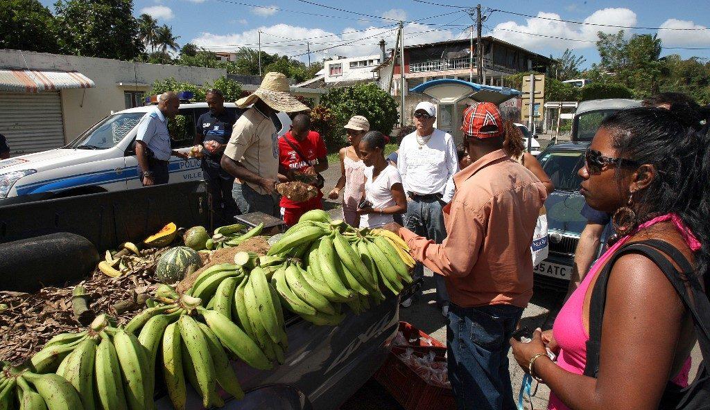 Un marchand de fruits vend des produits à l'arrière de sa camionnette alors qu'une grève générale continue de paralyser l'île de Martinique, à Fort-de-France, le 13 février 2009. Photo par THOMAS COEX / AFP