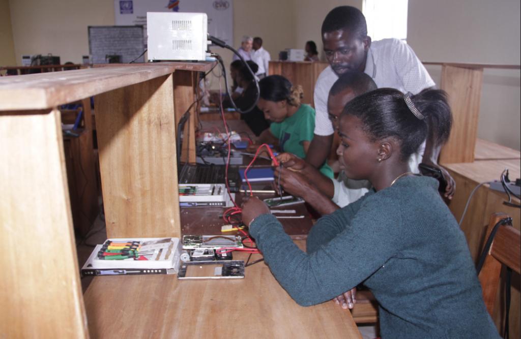 Goma, Province du Nord Kivu, RD Congo ; 20 jeunes à risque et 20 ex-combattants démobilisés reçoivent des kits leur permettant de commencer la réparation de téléphones après six mois de formation professionnelle en réparation d'appareils cellulaires. Photo MONUSCO /Jacques Miroza