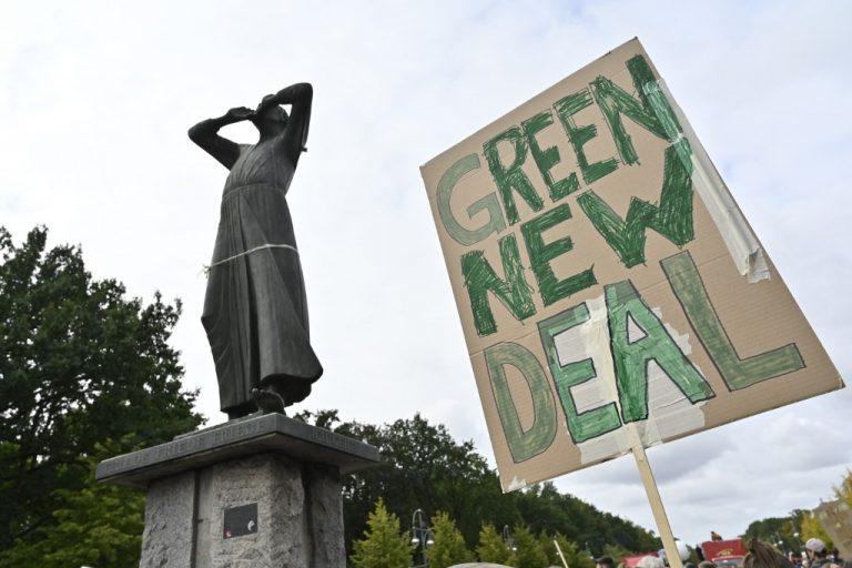 """A Berlin, devant la sculpture """"Le crieur"""", lors de la Journée mondiale d'action pour le climat, le 20 septembre 2019. (Photo par John MACDOUGALL / AFP)"""