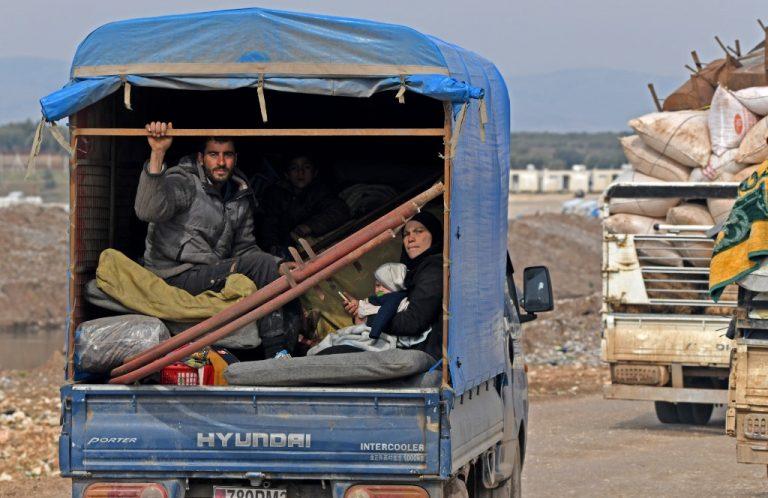 Des civils fuyant l'avancée des forces gouvernementales dans les régions d'Idlib et d'Alep (en Syrie) en direction de la frontière turque, le 14 février 2020. Photo de Rami al SAYED/AFP