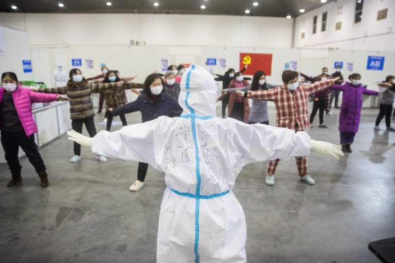 In Wuhan, epicenter of the epidemic, in an exhibition center converted into a hospital, on February 17, 2020: a group of patients affected by the COVID-19 virus during an exercise session led by a member of the Medical team. STR / AFP