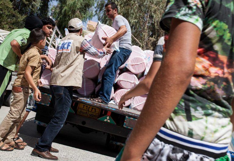 L'équipe d'Action contre la faim livre des kits d'hygiène aux réfugiés irakiens (ici en août 2014) Florian Seriex / ACF International Flickr CC