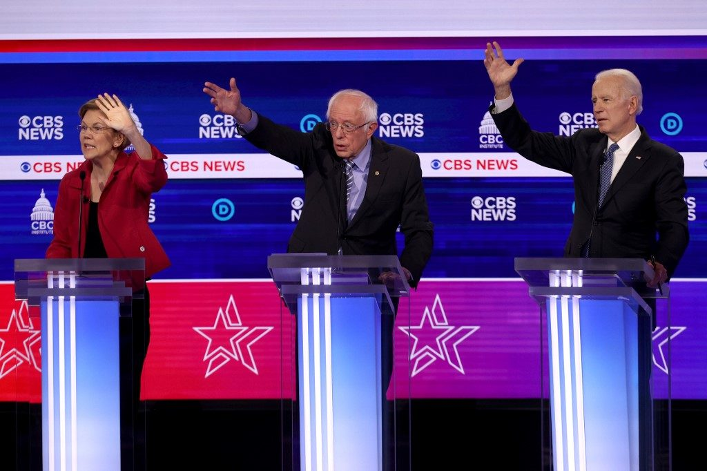 Democratic presidential candidates Bernie Sanders (I-VT), Sen. Elizabeth Warren (D-MA) (L), and Joe Biden (R) participate the Democratic presidential primary debate on February 25, 2020 in Charleston, South Carolina (February 25). © McNamee/Getty Images/AFP