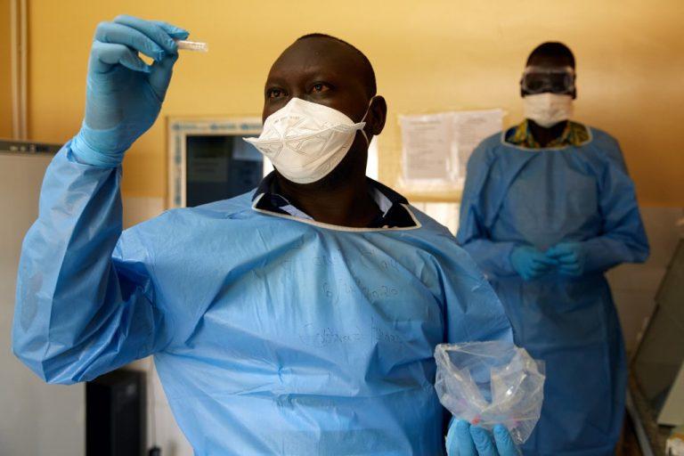 Le 6 avril 2020, dans un laboratoire de Juba, capitale du Soudan du Sud : un technicien teste des échantillons de COVID-19 (Photo par Alex McBride / AFP)