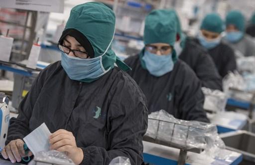 Une dizaine d'entreprises ont été mises à contribution au Maroc pour produire des masques contre le Covid-19. Comme ici, à Berrechid, au sud de Casablanca, le 16 avril 2020. (Photo par Fadel SENNA / AFP)