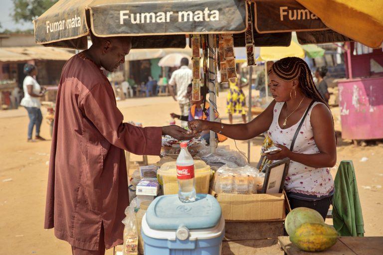 Plus de la moitié des entrepreneurs en Afrique sont des femmes. Ici dans la commune de Batchenga, au Cameroon. Photo: UN Women/Ryan Brown