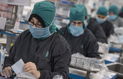 A dozen companies have been involved in Morocco to produce masks against the Covid-19. As here, in Berrechid, south of Casablanca, on April 16, 2020. (Photo by Fadel SENNA / AFP)