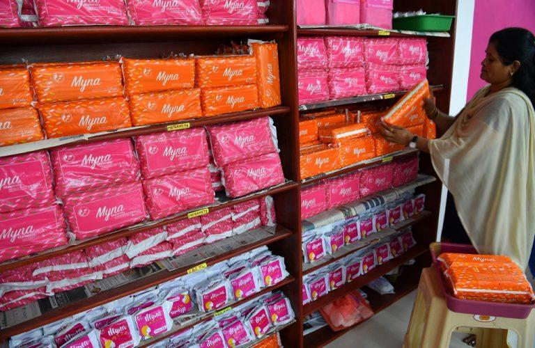 En Inde, les autorités ont mis fin à une taxe controversée sur les serviettes hygiéniques. Photo : INDRANIL MUKHERJEE / AFP