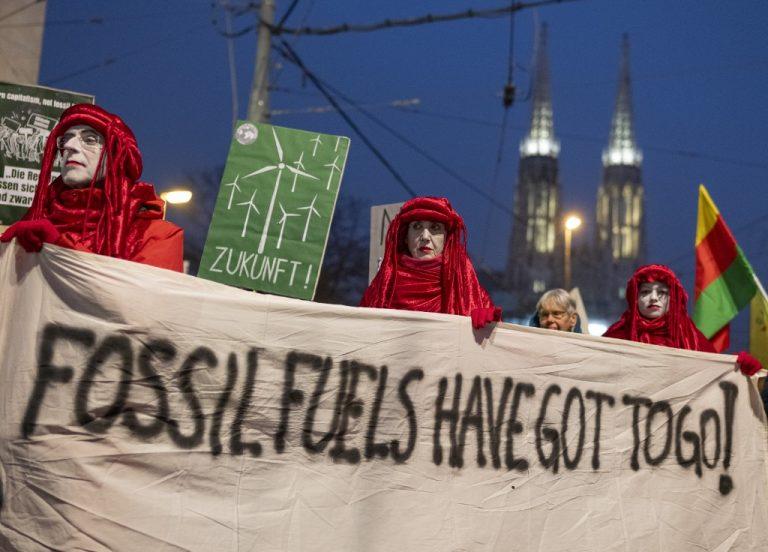 Les manifestants tiennent une bannière alors qu'ils assistent à une manifestation le 6 décembre 2019 à Vienne, en Autriche. (Photo de JOE KLAMAR / AFP)