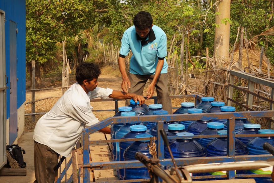 L'accès à l'eau est au cœur des Objectifs de développement durable. Ici, des bonbonnes destinées à des kiosques à eau mis en place par l'ONG 1001 Fontaines au Cambodge. Crédit Image : 1001fontaines.com