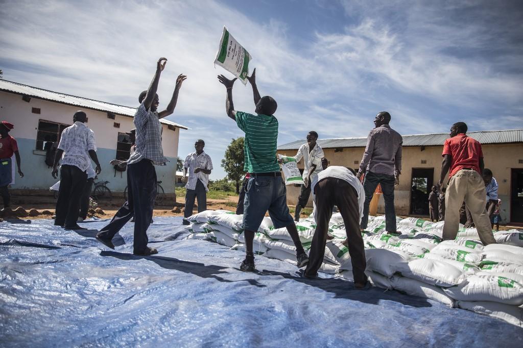 Distribution d'aide alimentaire à Simumbwe, en Zambie, le 22 janvier 2020. La pandémie du COVID-19 frappe un pays déjà durement touché par des sécheresses à répétition et une baisse de la production de cuivre. Photo de Guillem Sartorio / AFP