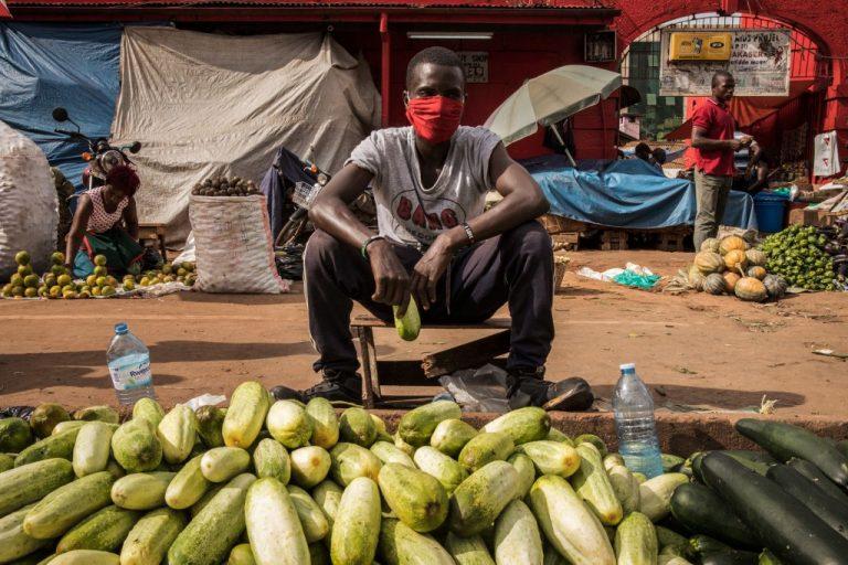 Marché de Nakasero à Kampala, en Ouganda, le 7 avril 2020. Les restrictions destinées à limiter l'épidémie Covid-19 ont entraîné le ralentissement de l'activité, ou la fermeture de nombreux marchés. Photo : Badru KATUMBA / AFP