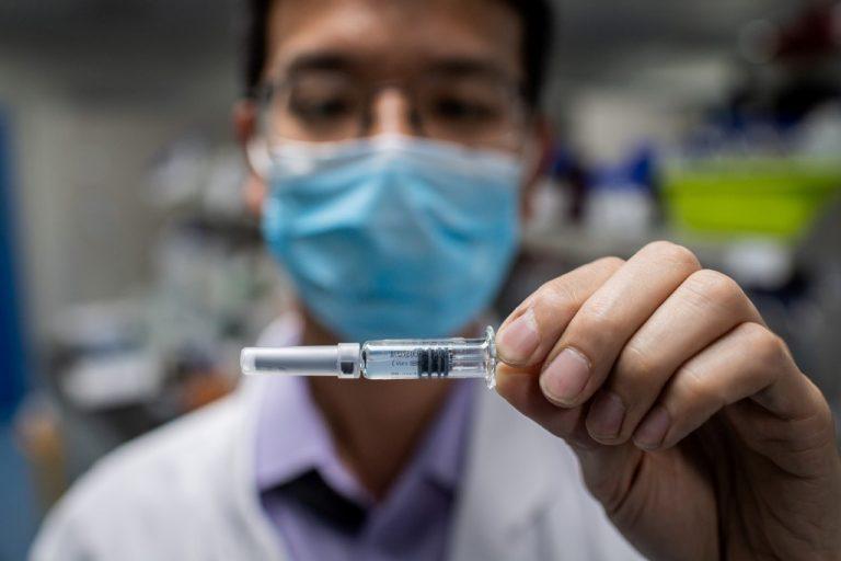 Un ingénieur présentant un vaccin expérimental contre le COVID-19, au laboratoire de contrôle qualité des installations de Sinovac Biotech à Pékin, en Chine le 29 avril 2020. Photo NICOLAS ASFOURI / AFP