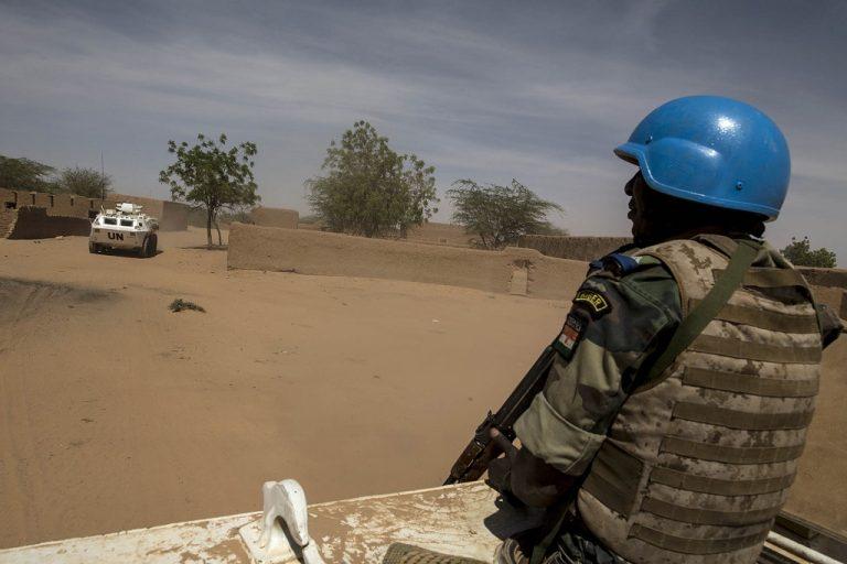 Un Casque Bleu du contingent nigérien de la MINUSMA dans un véhicule blindé, dans la région de Menaka au Mali. Photo MINUSMA/Marco Dormino Flickr CC