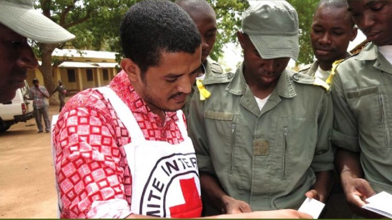 The ICRC must display neutrality and impartiality. But it must also constantly persuade local actors of the need for its presence. Here, in Mali in 2015. © icrc.org