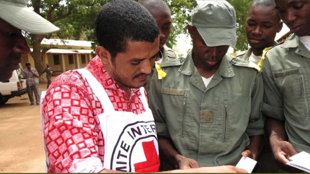 Affichant sa neutralité et son impartialité, le CICR doit toutefois en permanence persuader les acteurs locaux du bien-fondé de sa présence. Ici, au Mali, en 2015. © icrc.org