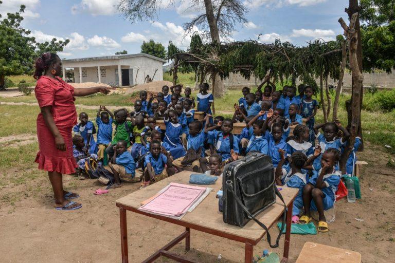 Une enseignante dirige sa classe sous un abri improvisé dans la province nord du Cameroun le 16 septembre 2016 (Photo de REINNIER KAZE / AFP)