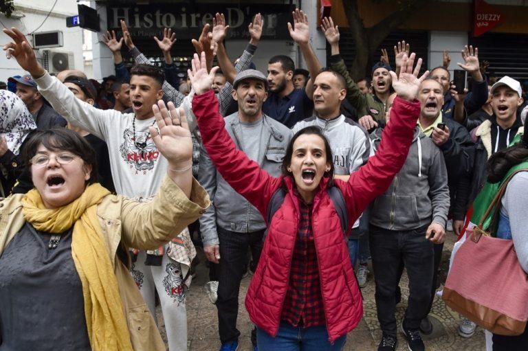 Manifestation pacifique contre le gouvernement dans les rues d'Alger, le 14 mars 2020. (Photo by RYAD KRAMDI / AFP)