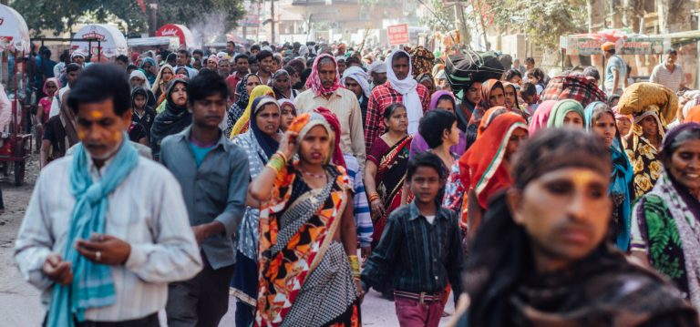 Population growth is inevitably bound to become an ecological issue in the long term. Photo: Crowd in the city of Vrindavan, India (Adam Cohn Flickr Cc)