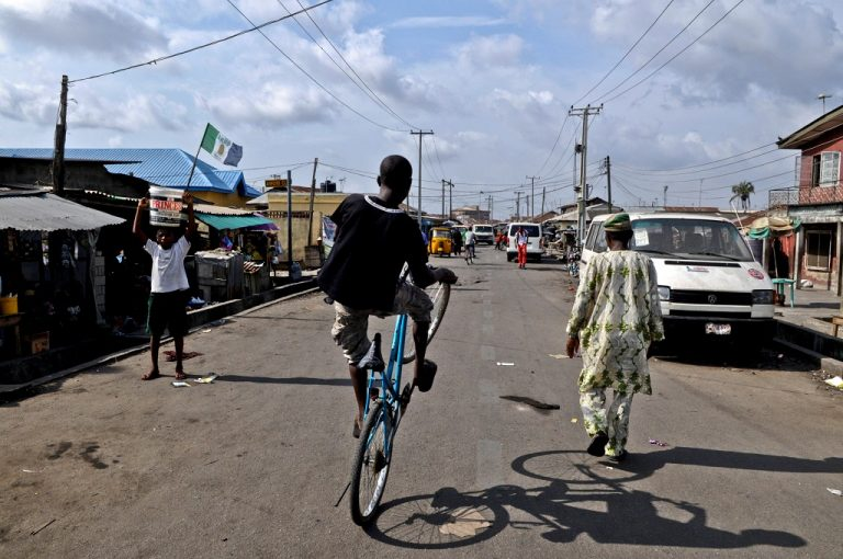 In a street in Lagos, the economic capital of Nigeria. Only 10% of people with mental health problems receive psychological support. (CC BY - Stefan Magdalinski)