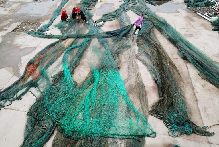 Des pêcheurs pendant le moratoire d'été sur la pêche en mer Jaune et en mer de Chine orientale. (Photo by STR / AFP) / China OUT