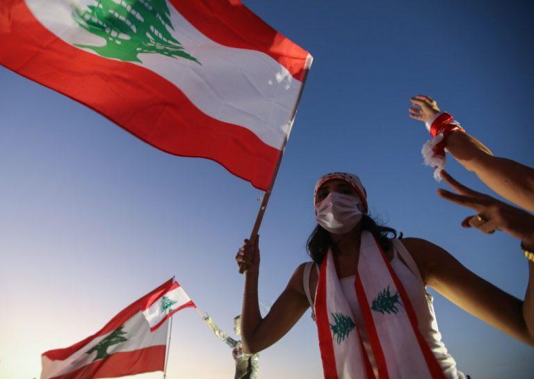 Un manifestant libanais lors du premier anniversaire d'un mouvement national de protestation antigouvernementale, dans la capitale Beyrouth, le 17 octobre 2020 (Photo par ANWAR AMRO / AFP).
