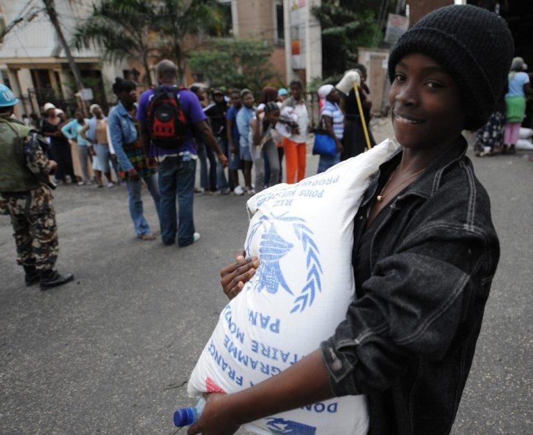 Distribution de nourriture à Petion-Ville, dans les faubourgs de Port-au-Prince, à Haïti, en février 2010. Photo by THONY BELIZAIRE / AFP