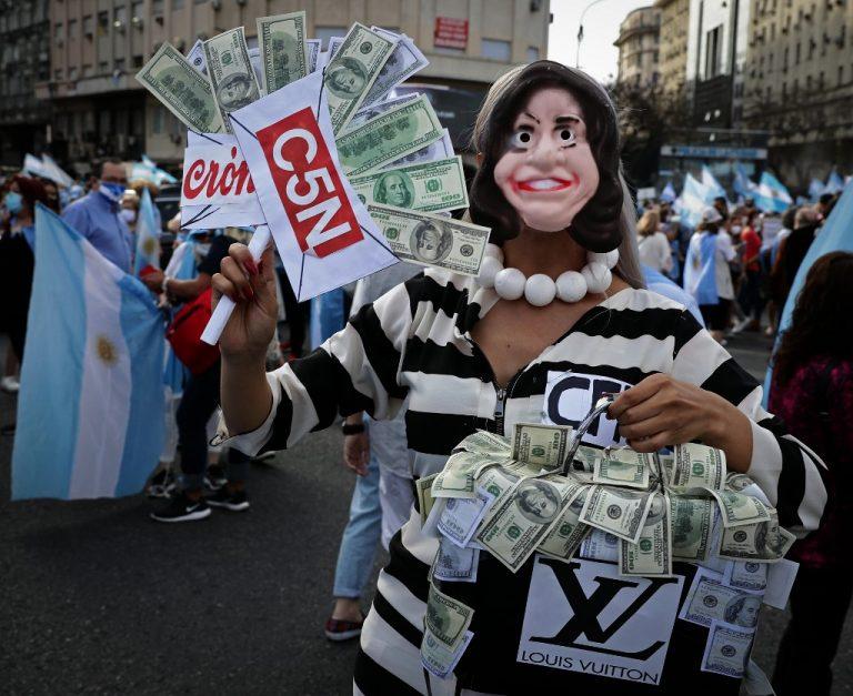 Manifestation contre le gouvernement argentin, à Buenos Aires, le 8 novembre 2020 (Photo by ALEJANDRO PAGNI / AFP)