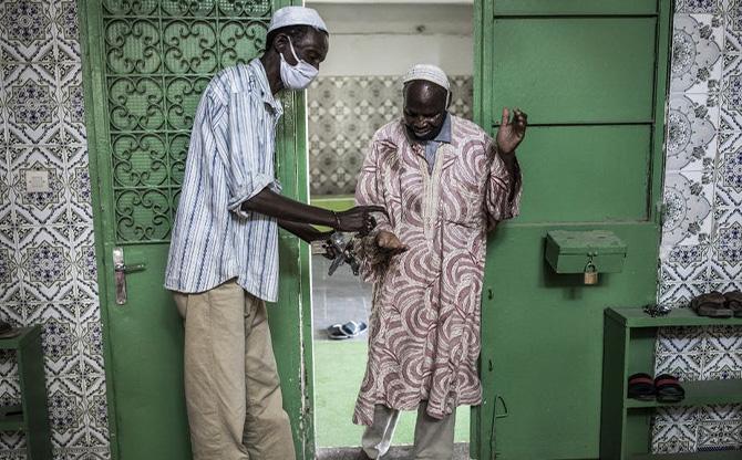 Covid-19 : au Sénégal, les « vieux » garants des gestes barrières