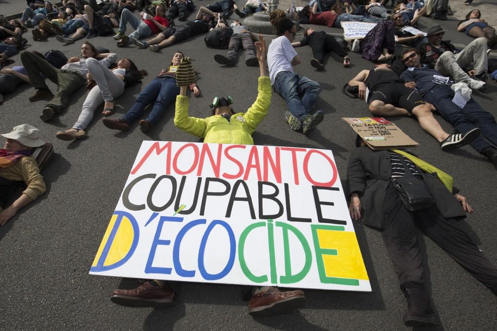 Le manifestant Jean-Baptiste Redde aka Voltuan lors d'une marche pour protester contre le géant de la biotechnologie Monsanto à Paris en mai 2016. Photo par JOEL SAGET / AFP