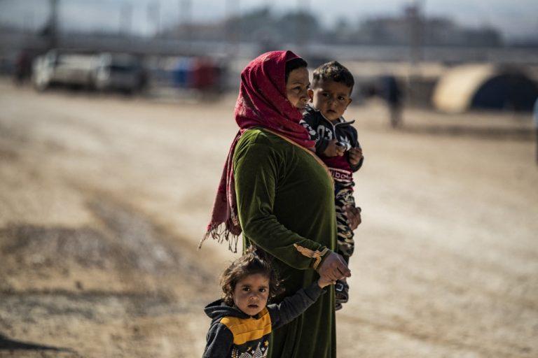 Une femme et des enfants syriens, dans le camp de Washukanni, au nord-est de la Syrie, le 12 novembre 2020 (photo de Delil). SOULEIMAN / AFP)